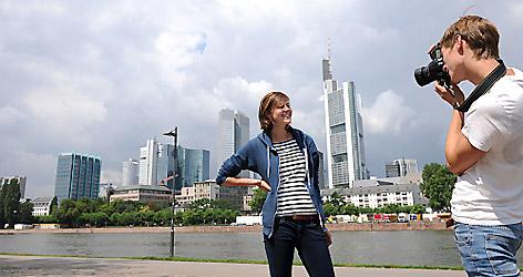 Mann fotografiert Frau
