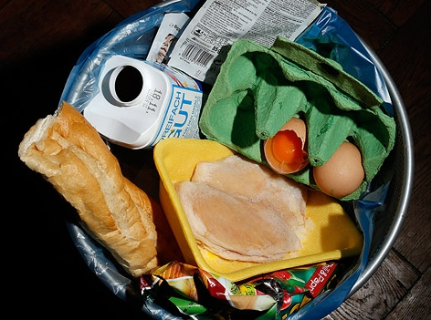 Lebensmittel in einem Mistkübel