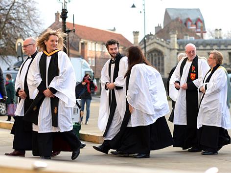 Weibliche und männliche anglikanische Geistliche