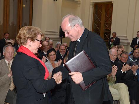 Waltraud Klasnic bei ihrer Auszeichnung mit der Kardinal-Opilio-Rossi-Medaille mit Kardinal Christoph Schönborn