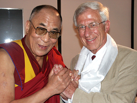 Der Dalai Lama mit dem TV-Journalisten und Buchherausgeber Franz Alt