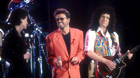 George Michael und Mitglieder von Queen auf der Bühne