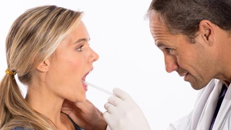 Ein Arzt untersucht eine Frau