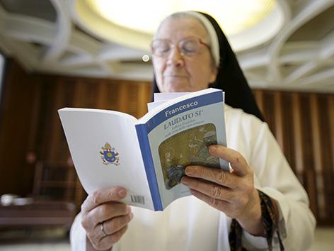 Nonne liest Laudato si