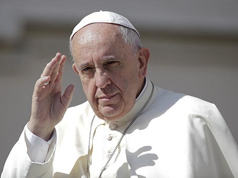 Papst Franziskus winkt