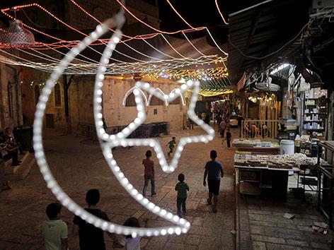 Mond und Stern aus Lichterketten in der Altstadt von Jerusalem zum Beginn des muslimischen Fastenmonats Ramadan