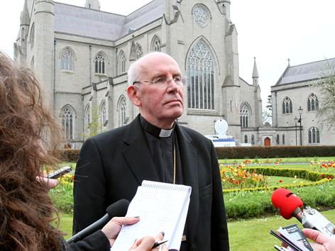 Kardinal Sean Brady vor der Armagh Cathedral in Nordirland