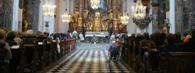 Kirche Mariä Verkündigung in Graz, Totalansicht von der Empore aus während eines Gottesdienstes