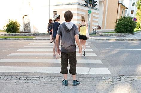 Jugendliche gehen über die Straße