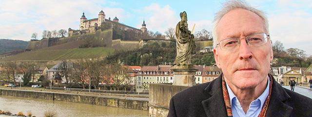 Diarmaid MacCulloch auf der Alten Mainbrücke im fränkischen Würzburg