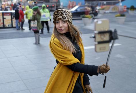 Eine Frau mit Selfie-Stick