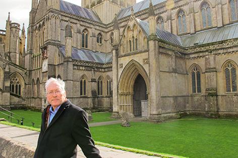 Diarmaid MacCulloch vor der Kathedrale von Wells im englischen Somerset.