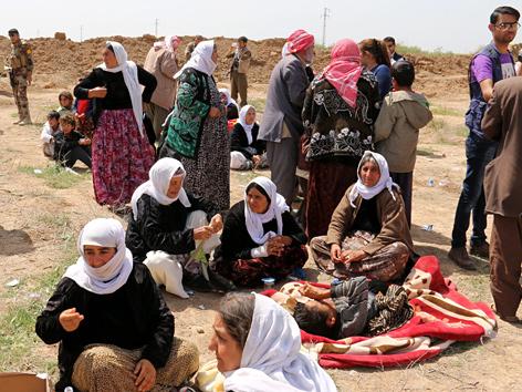 Jesidische Frauen aus dem Irak nahe einem Checkpoint in Kirkuk