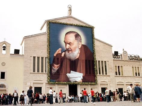 Kirche von San Giovanni Rotondo, Wirkungsstätte von Padre Pio, mit einem überdimensionalen Porträt des Padre
