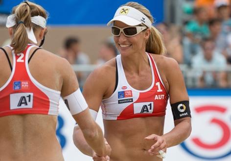 Damen-Duo Barbara Hansel undStefanie Schwaiger bei der Beachvolleyball-EM 2015