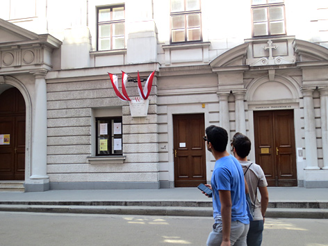 Touristen betrachten die Lutherische Stadtkirche in der Dorotheergasse in Wien 1