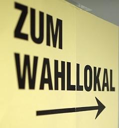 """Schild: """"Zum Wahllokal"""""""