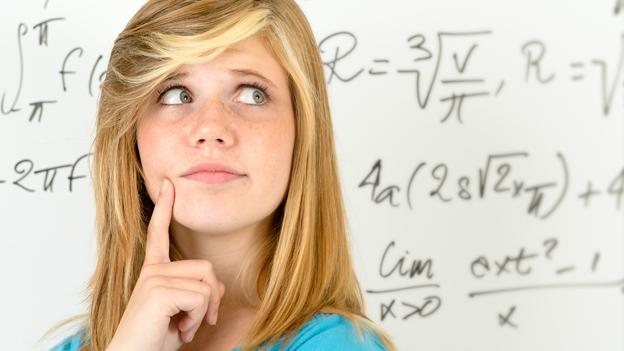 Mädchen vor einer Tafel mit mathematischen Formeln