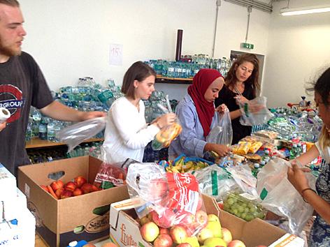Spenden werden von Helfern am Wiener Westbahnhof sortiert
