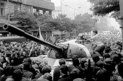 """Der Kampf um Prag - Medien gegen Panzer    Originaltitel: Brennpunkt """"Der Kampf um Prag"""""""