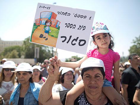 Demonstration israelischer Christen gegen Kürzungen des Schulbudgets