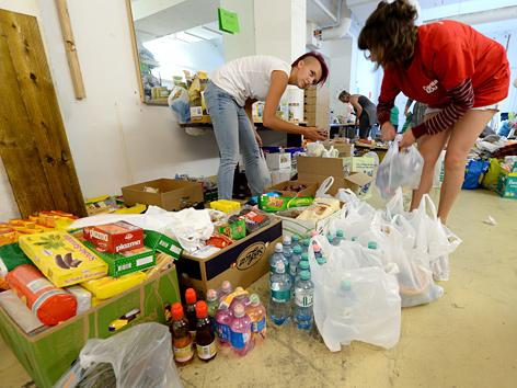 Freiwillige Helferinnen beim Sortieren von Sachspenden in einem Lager der Caritas am Wiener Westbahnhof
