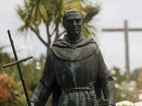 Eine Statute von Junipero Serra vor der Carmel-Mission in Kalifornien