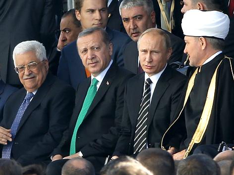 Eröffnung der Juma-Moschee in Moskau mit (v. r. n. l.) Mahmud Abbas, Recep Tayyip Erdogan, Wladimir Putin und dem russischen Mufti Ravil Gainutdin