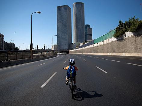 Viele Israelis nützen den Feiertag, um auf den leeren Straßen Rad oder Rollschuh zu fahren.