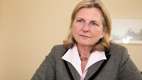 Magyarul is beszélő migráció-kritikus az új osztrák külügyminiszter