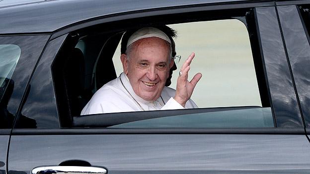 Papst Franziskus in einem Fiat