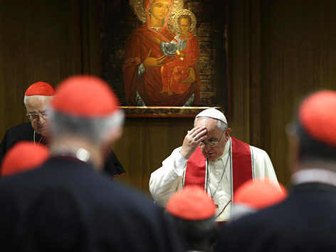 Papst Franziskus und Bischöfe während der außerordentlichen Familiensynode im Oktober 2014