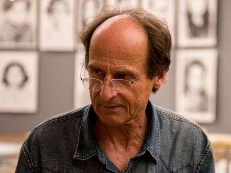Manfred Bockelmann mit einigen seiner Werke im Leopold-Museum. JFW15