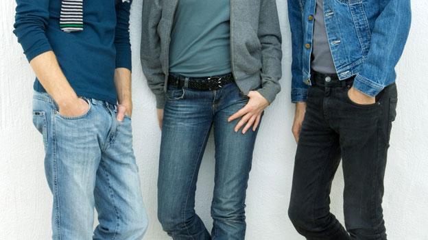 Drei junge Menschen in Jeans