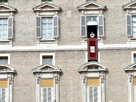 Papst Franziskus leitet das Angelus-Gebet auf dem St.-Petersplatz vom Fenster aus
