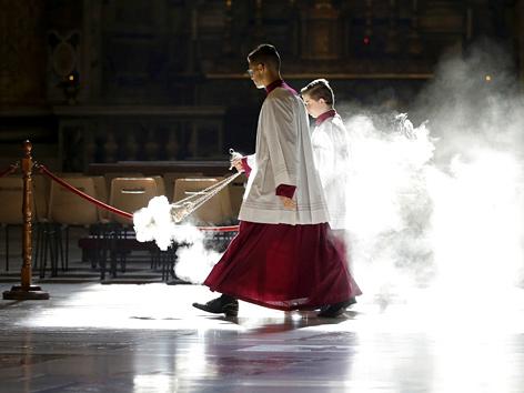 Ministranten mit Weihrauchkesseln in der St.-Petersbasilika