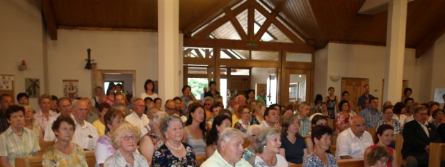 die Katholische Gemeinde von Linz-Pichling in ihrer Pfarrkirche während einer Messe