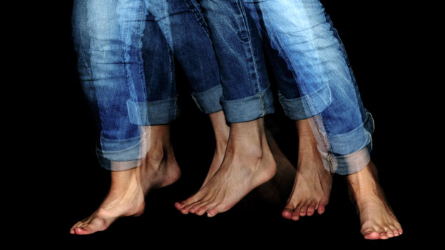 Frau trägt Jeans