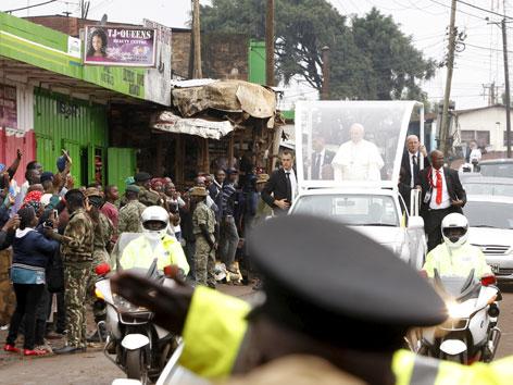 Franziskus im Papamobil in den Slums von Nairobi