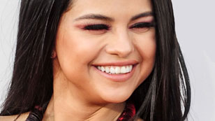 Selena Gomez lacht