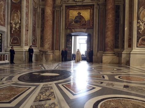 Papst Franziskus spricht nach dem Öffnen der Heiligen Pforte ein Gebet
