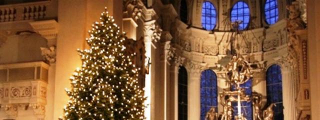 Apsis des Passauer Stephansdoms mit hell erleuchtetem Christbaum