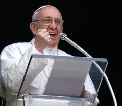 Papst Franziskus bei einer Ansprache  mit erhobener Faust