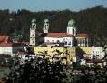 der Passauer Stephansdom aus der Ferne hoch über der Landschaft