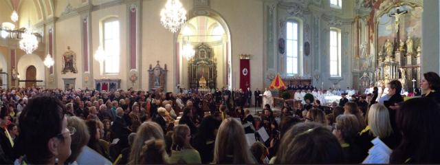 seitliche Kirchentotale während eines Gottesdienstes mit Blick auf die Menge der Gläubigen