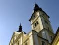Basilika außen bei Tag, Kirchturm schräg von unten