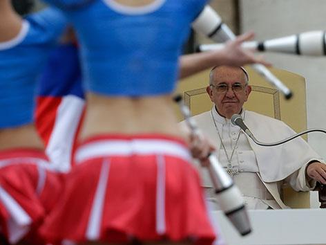 Tänzerinnen performten für Papst Franziskus