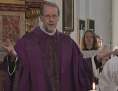 Pfarrer Johannes Kittler im violetten Ornat der Fastenzeit breitet einladend die Arme aus