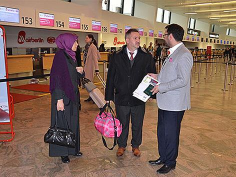 Imam Yakup Aynagöz (in der Mitte) mit seiner Frau am Flughafen Schwechat