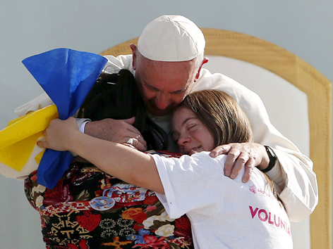 Papst Franziskus umarmt zwei Mädchen in Morelia, Mexiko